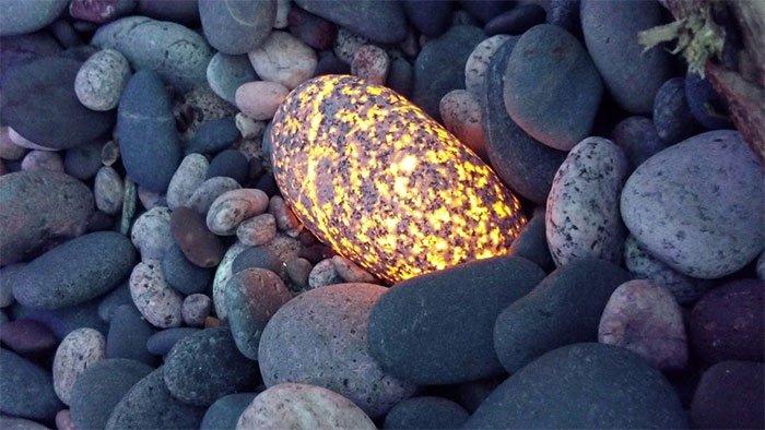 Kiếm tiền nhờ tìm đá thần phát sáng cực hiếm ở Mỹ