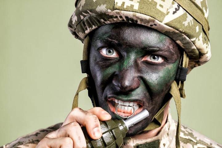Liệu có thể kéo chốt lựu đạn bằng răng như trong phim?