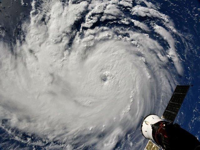 Nghề săn bão - những người bay thẳng vào giữa tâm siêu bão vì mục đích khoa học