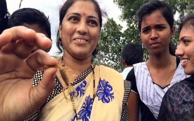 Nghi lễ kỳ lạ của người Ấn Độ cho phép người và bọ cạp sống chơi đùa với nhau