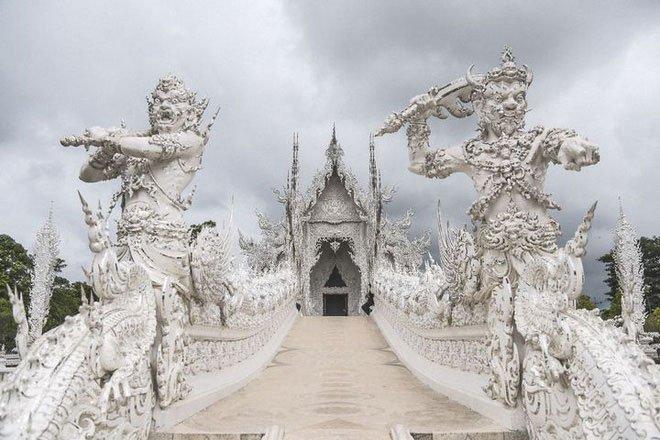 Ngôi đền Thái Lan sở hữu cây cầu địa ngục, cánh tay người chết và cổng vào thiên đường