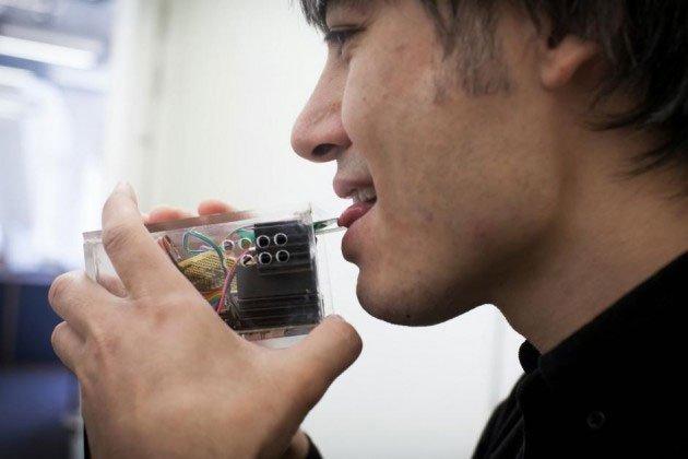 Nhà khoa học phát triển cặp đũa điện tử, kích thích vị mặn trong lưỡi bằng... điện