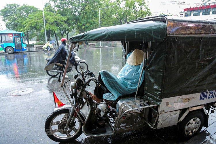 Nhiệt độ giảm sâu, người dân Hà Nội cảm nhận rõ cái lạnh đầu mùa