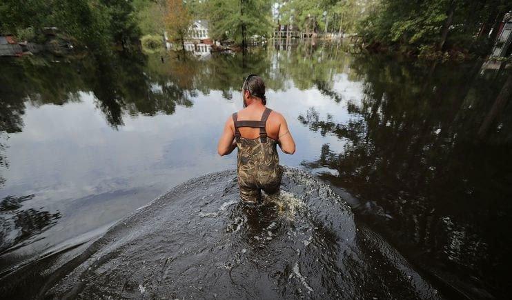 Những mối nguy hiểm chết người bên trong làn nước lũ sau siêu bão Florence