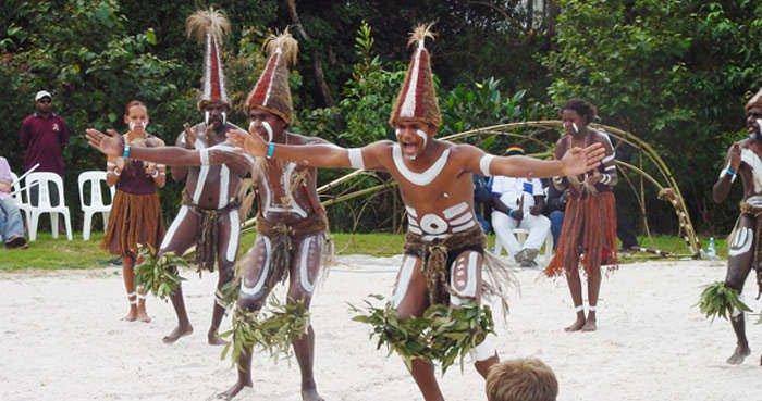 Những thổ dân đầu tiên đặt chân đến nước Úc từ khi nào?