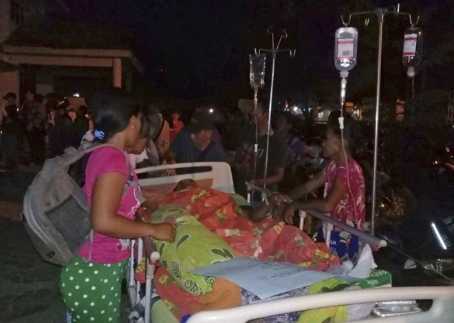 NÓNG! Sóng thần cao 2 mét ập vào thành phố Indonesia sau động đất