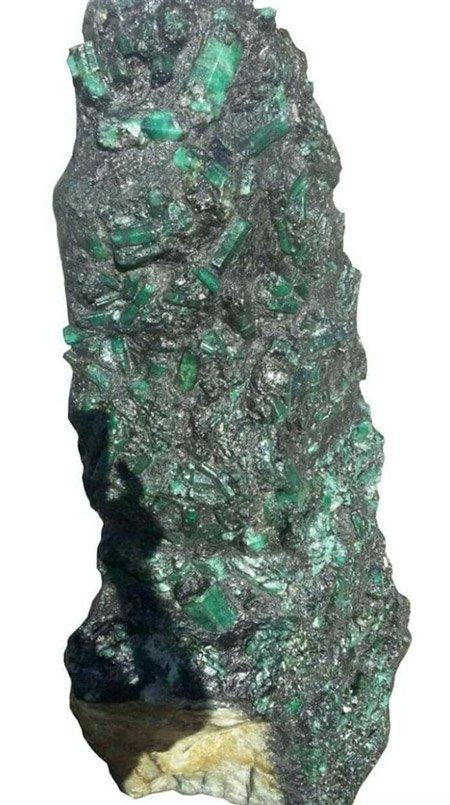 Phát hiện khối ngọc lục bảo dài hơn 1m, nặng 3,6 tạ