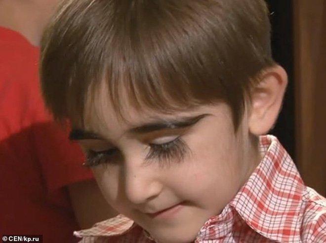 Sở hữu hàng mi dài bất tận tới khó tin, cậu bé 11 tuổi chính thức được ghi danh vào sách kỷ lục nước Nga