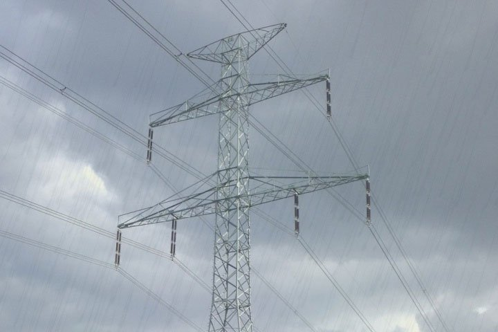Tại sao đường dây tải điện và trụ điện không bị đoản mạch khi trời mưa?