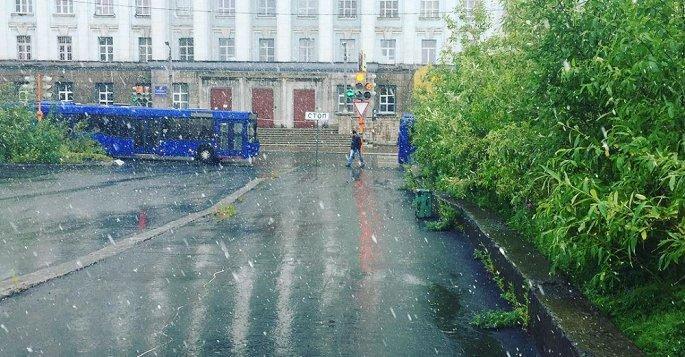 Tuyết rơi trắng xóa giữa mùa hè ở thành phố Nga