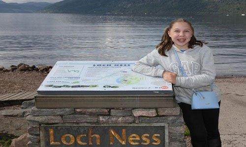 Vật thể nghi quái vật hồ Loch Ness ngóc đầu trên mặt hồ
