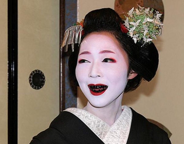 Vì sao phụ nữ Nhật Bản nhuộm răng đen?