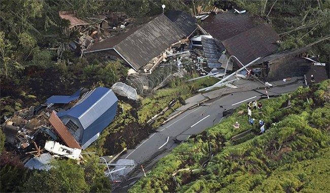 Vừa hứng siêu bão, Nhật Bản lại bị động đất nuốt chửng nhà cửa, xới tung đường sá