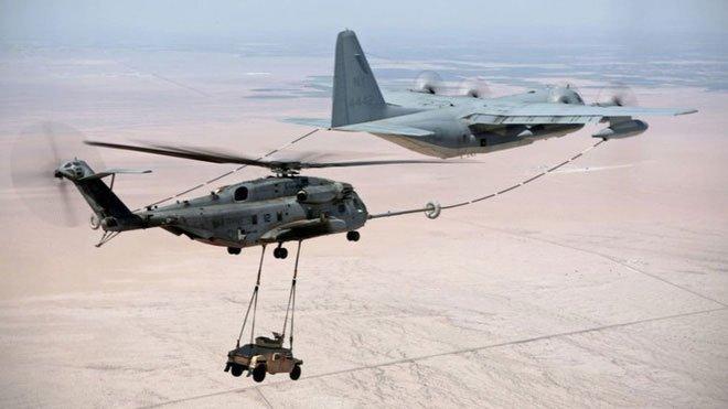 Xem máy bay trực thăng vận tải hạng nặng vừa chở ô tô vừa tiếp nhiên liệu trên không