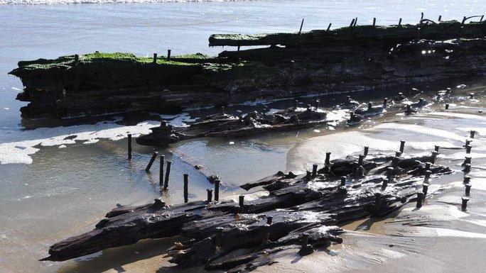 3 tàu ma cùng hiện hình trên bãi biển chỉ sau 1 đêm