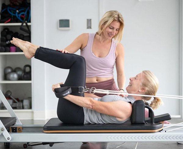 4 bài tập giúp người già giảm chứng đau nhức cơ xương khớp