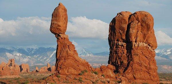 7 tảng đá khổng lồ chênh vênh như sắp rơi