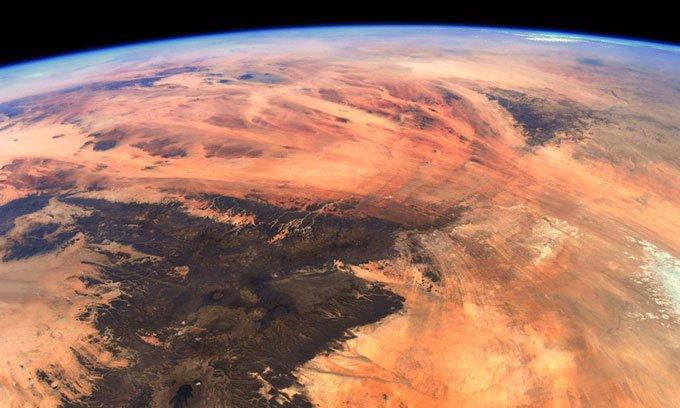 Ảnh chụp Trái đất từ Trạm Vũ trụ Quốc tế trông giống sao Hỏa