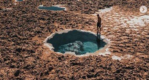 Ao muối ở ốc đảo trong vắt đến mức mọi người đều có thể nổi trên mặt nước
