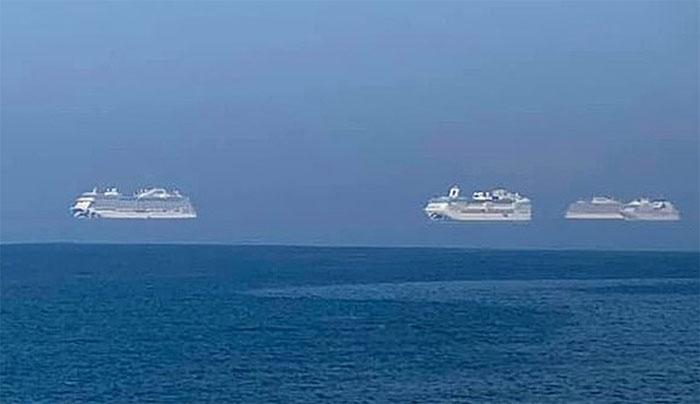 Ba tàu du lịch nối đuôi nhau bay ở ngoài khơi cộng hòa Síp