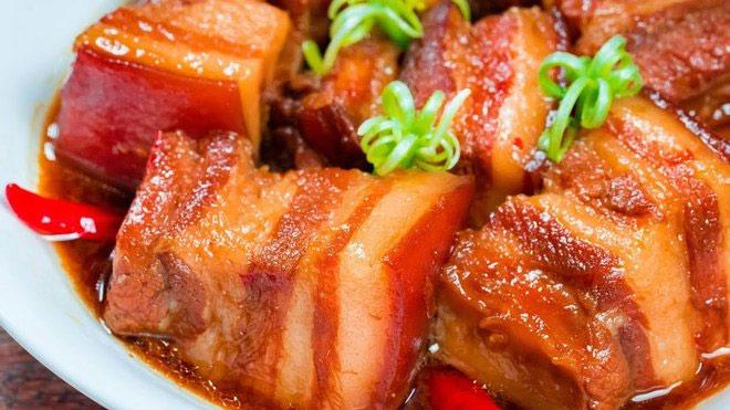 Bác sĩ dinh dưỡng cảnh báo thói quen khi ăn thịt kho tàu ngày Tết dễ gây ngộ độc