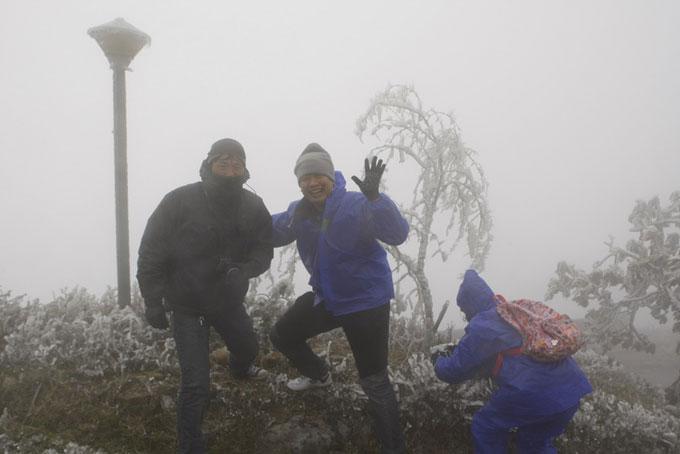 Băng dày 5cm bao phủ đỉnh Mẫu Sơn, du khách thích thú