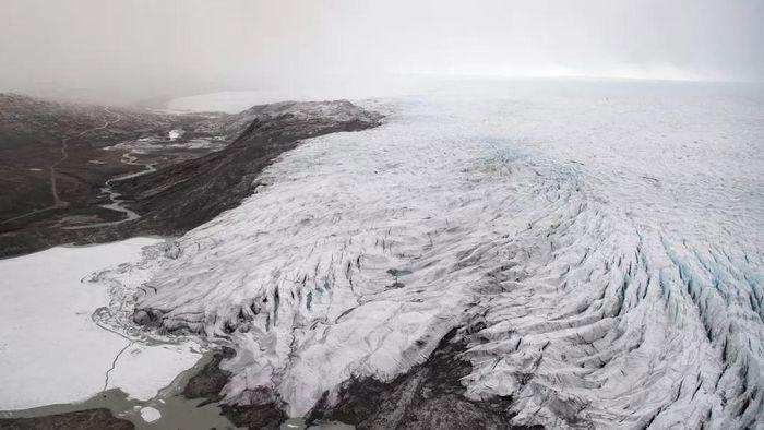 Băng ở Greenland tan chảy hàng loạt sau đợt nắng nóng kỷ lục