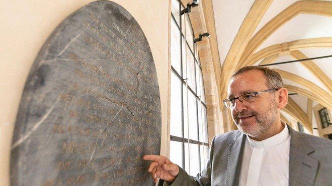 Bảo tàng Đức khoe tìm thấy bia mộ Bạch Tuyết phiên bản thật