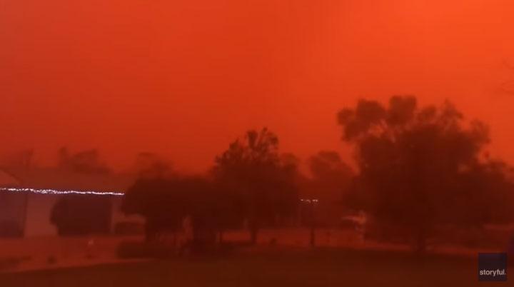 Bầu trời Australia đỏ rực như trong phim kinh dị do bão bụi