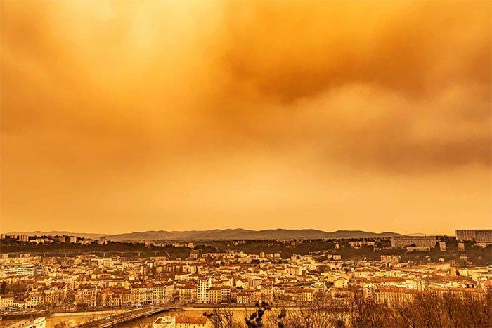 Bầu trời châu Âu chuyển màu như tận thế