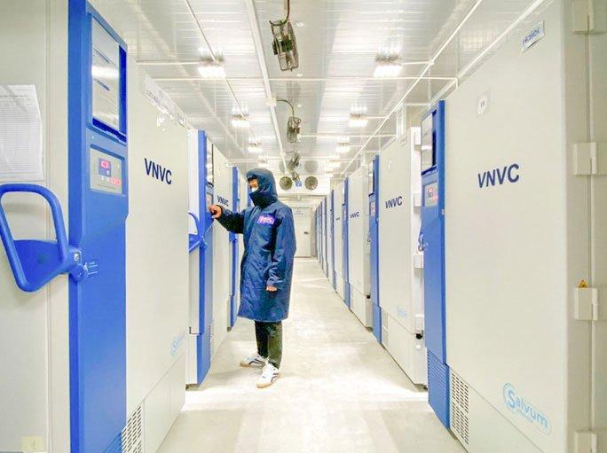 Bên trong kho đông lạnh -86 độ C chứa lô vaccine Covid-19 đầu tiên