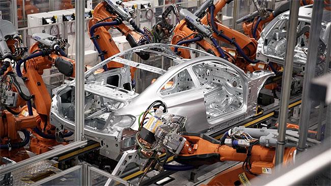 Bên trong nhà máy với đội quân robot của BMW