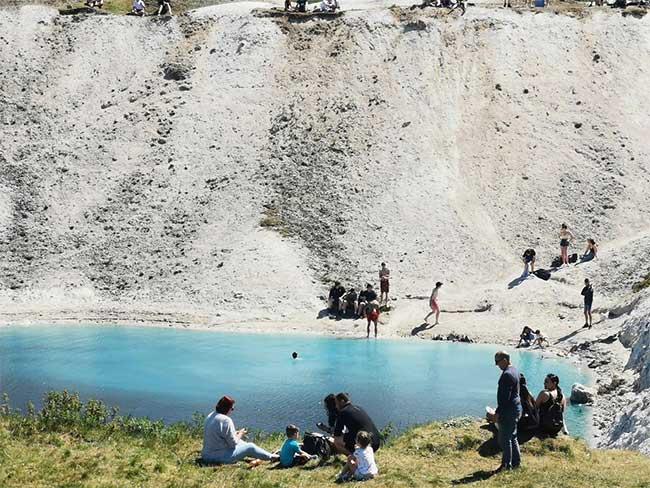Bí ẩn kinh hãi trong hồ nước đẹp mê người khiến dân mạng phát cuồng