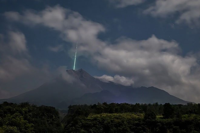 Bí ẩn vệt sáng trong ảnh núi lửa tại Indonesia