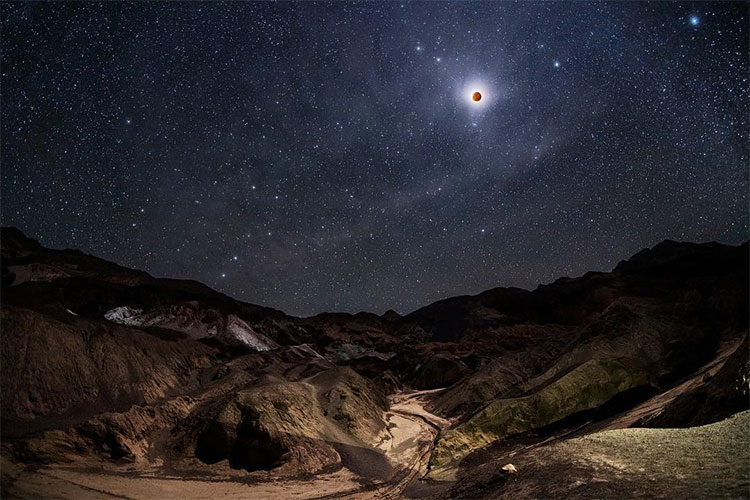 Bộ ảnh đẹp mê li về siêu Mặt Trăng máu cuối cùng của thập kỷ