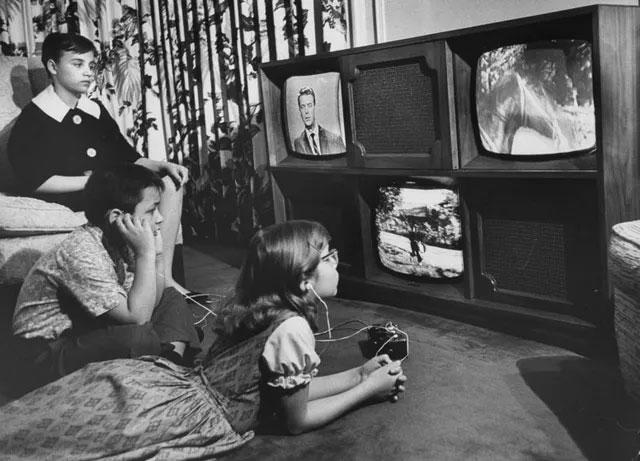 """Bộ ảnh thuở con người còn """"mê mệt"""" chiếc tivi"""