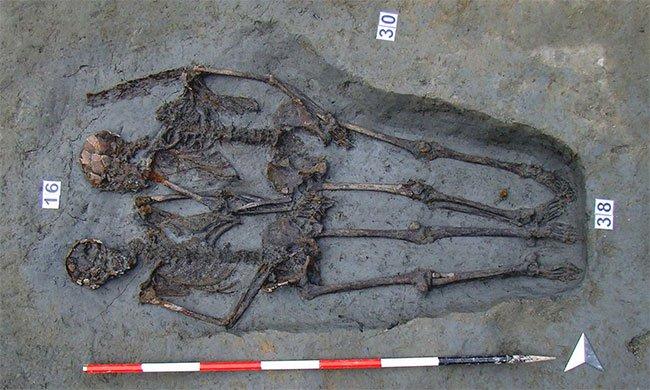 Bộ xương tình nhân nắm tay 1.600 năm là đàn ông