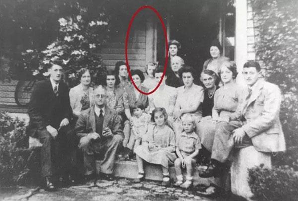 Bức ảnh chụp đại gia đình tụ họp tươi cười nhưng nhìn kỹ ai cũng... sởn tóc gáy
