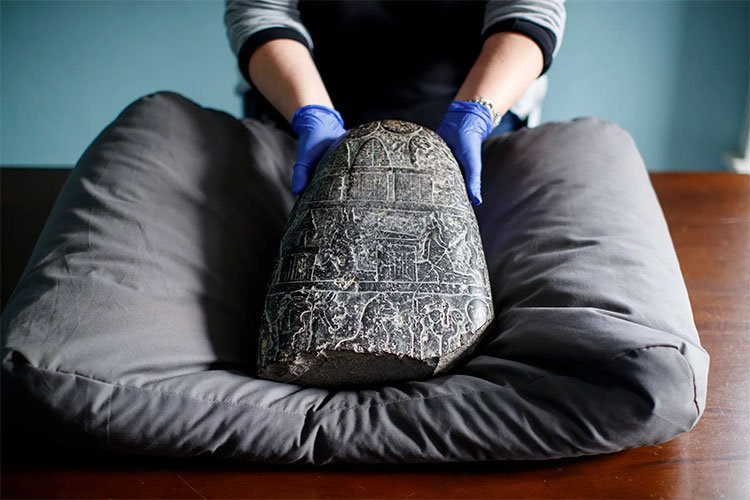 Bức điêu khắc trên đá 3.000 năm tuổi của vua Babylon