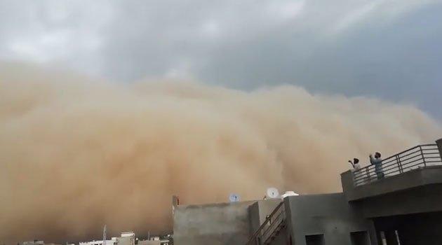 Bức tường cát bụi nuốt chửng thành phố Ấn Độ