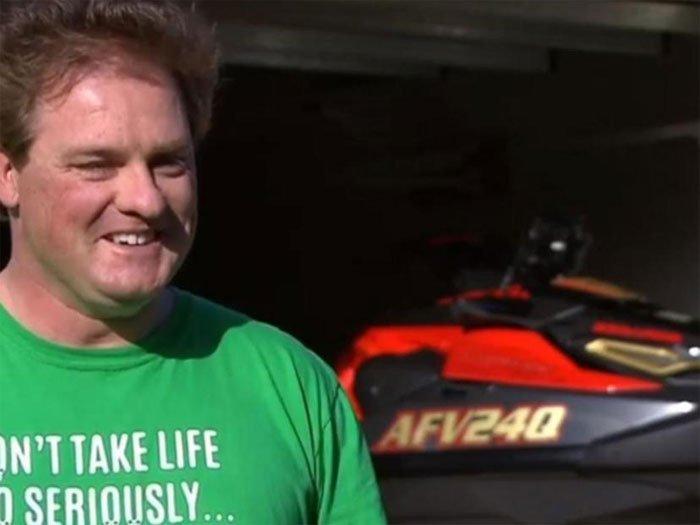 Cá mập truy đuổi người đàn ông lái mô tô nước trên biển Australia