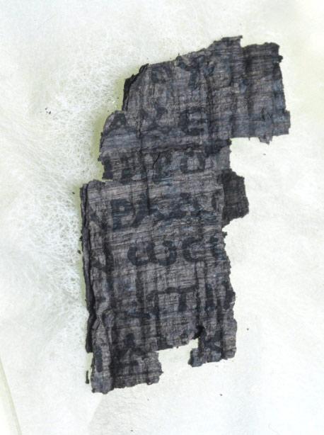 Các nhà khoa học dùng thứ ánh sáng sáng hơn Mặt Trời 10 tỷ lần để đọc cuộn giấy cổ ngàn năm tuổi