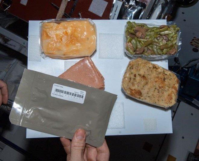 Các phi hành gia ăn gì ngoài không gian?