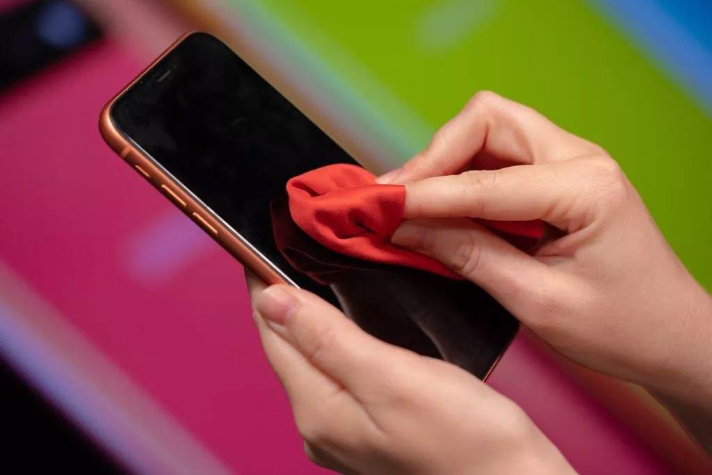 Cách vệ sinh điện thoại ngừa Covid-19