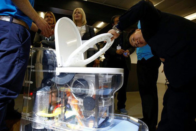 Cận cảnh bồn cầu kiểu mới của Bill Gates: Không cần nước, xử lý chất thải không để lại mùi, có thể tách nước khỏi phân