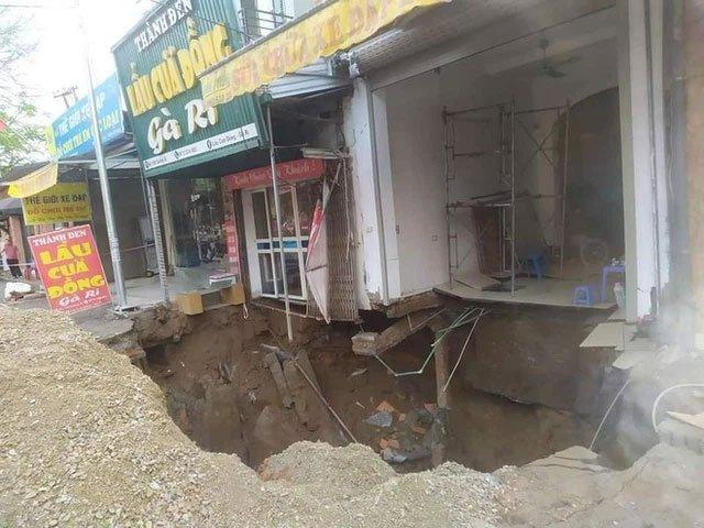 Cận cảnh hố tử thần sâu 5 mét, rộng hơn 10 mét ở Hà Nội