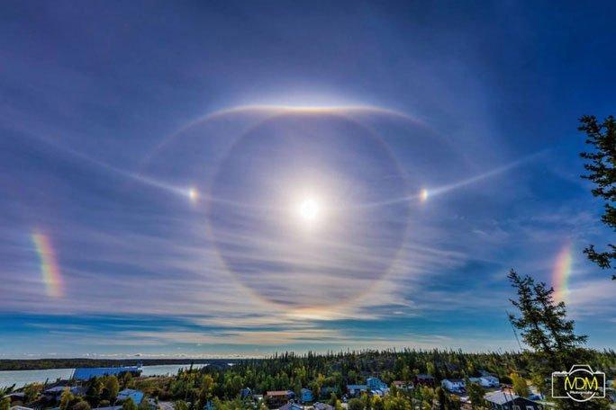 Cận cảnh những hào quang lạ quanh mặt trời, mặt trăng khắp thế giới