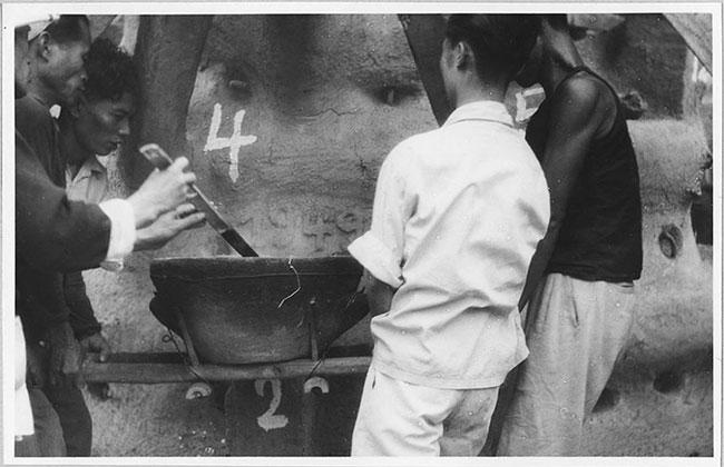 Cảnh đúc tượng Phật khổng lồ ở Hà Nội 70 năm trước