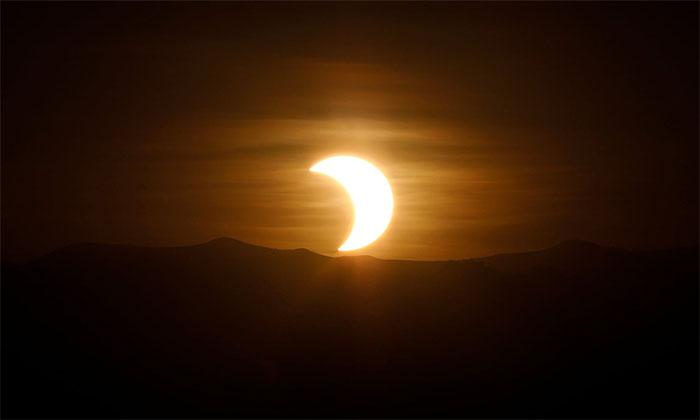 Cảnh nhật thực vòng tròn lửa đi qua châu Á