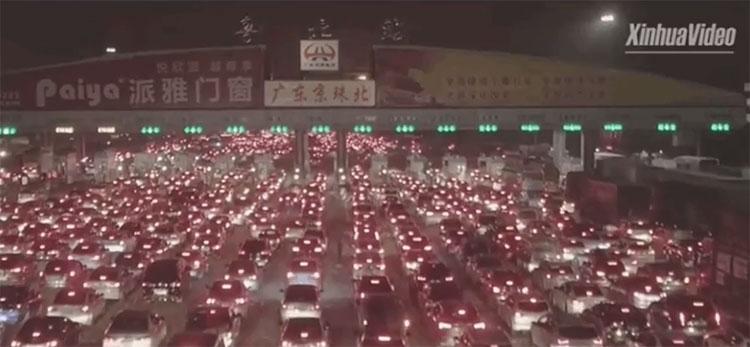 Cảnh tắc đường cực kinh khủng khi 1/3 dân số đổ ra đường ở Trung Quốc